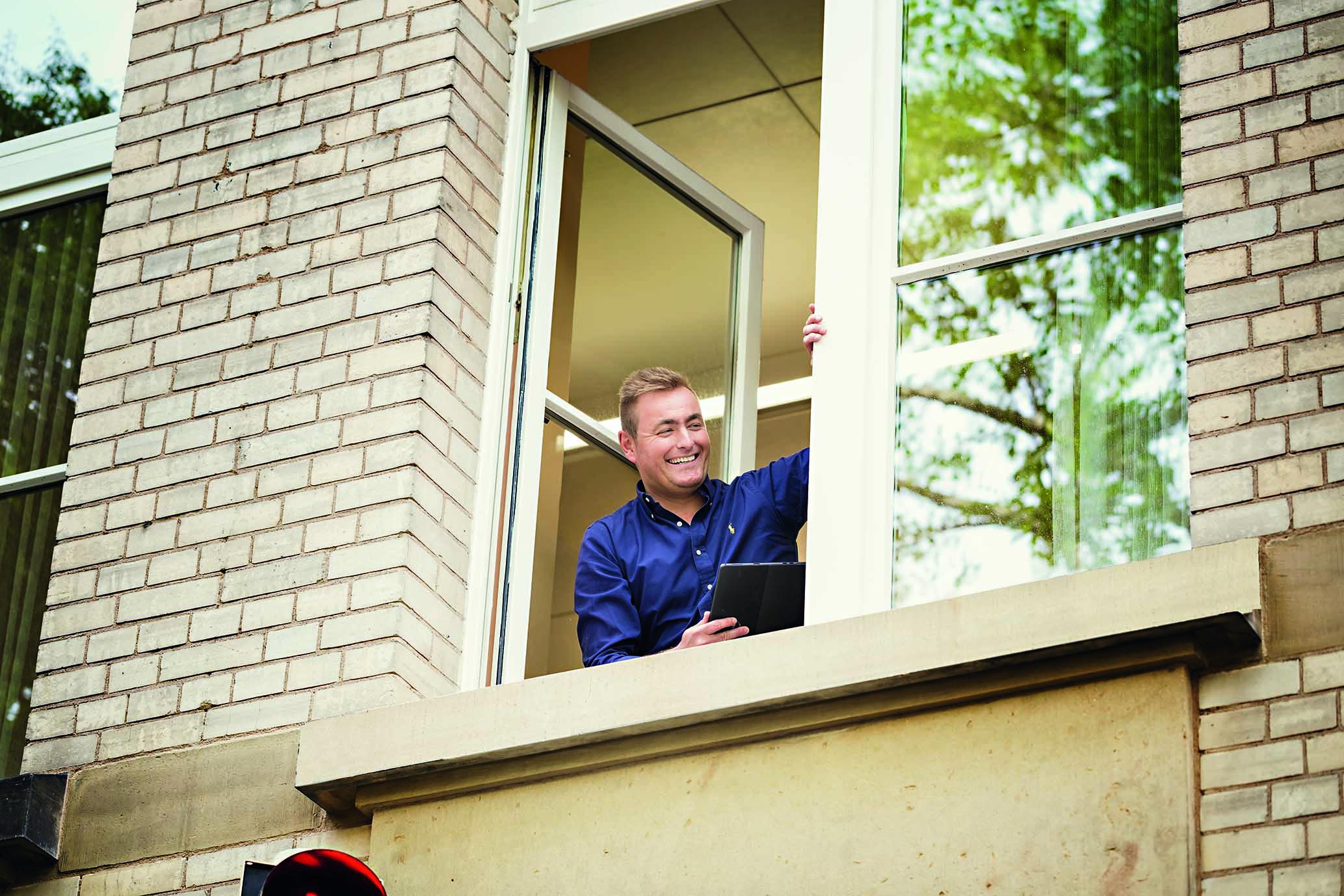 Kay-Arne Zehrer schaut aus Fenster